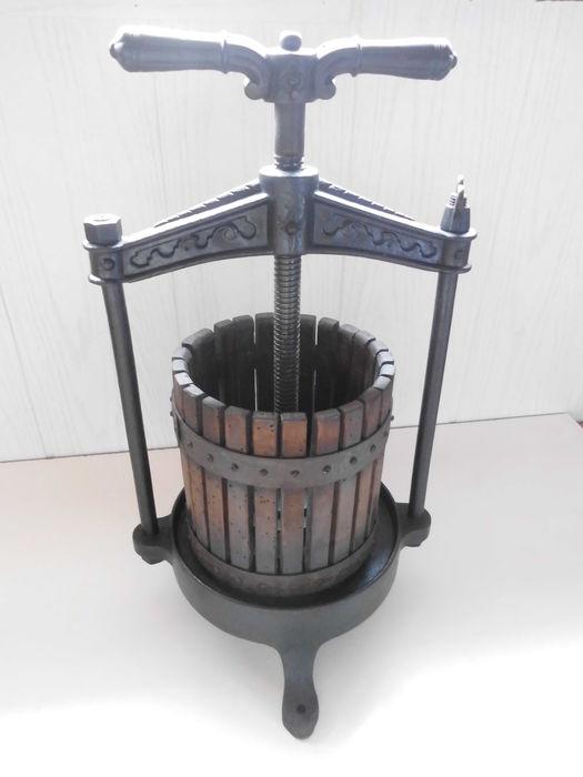 wijn maken en verwerking druiven - vertikale mandpers